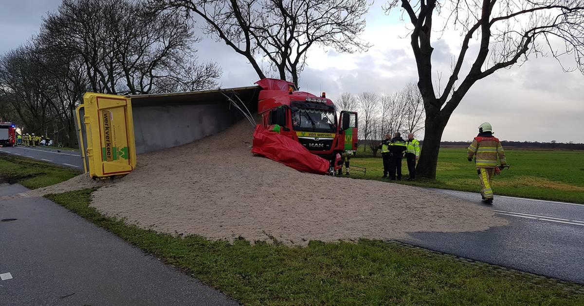 Gekantelde vrachtwagen met zand verspert Zomerdijk in Meppel.