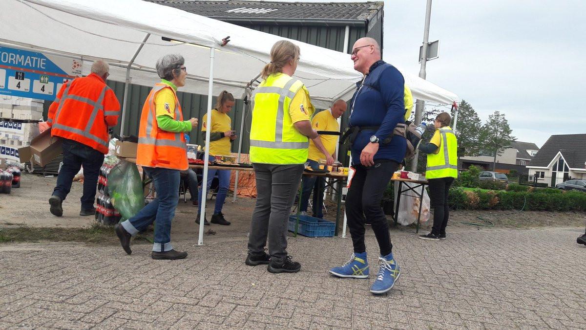 Verzorging onderweg voor de deelnemers aan De 80 van de Langstraat.
