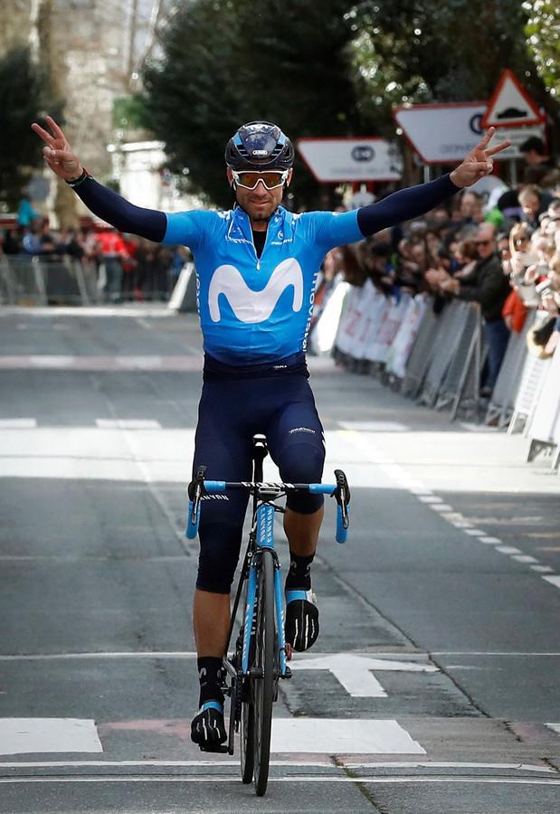 Alejandro Valverde viert zijn overwinning in de Grand Prix Miguel Indurain cycling op 31 maart.