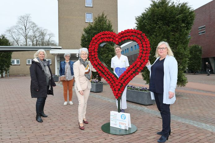 Een hart met rozen van Vrouwen van Nu voor alle medewerkers van het Elkerliek ziekenhuis in Helmond.