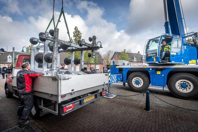 Het carillon op het voormalig raadhuis in Lieshout is in mei voor restauratie naar Royal Eijsbouts in Asten vervoerd. Nu wacht het op herplaatsing.