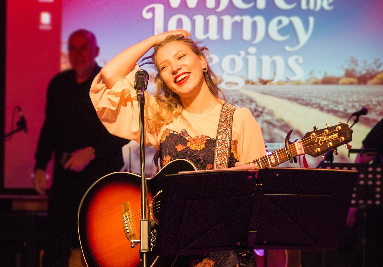 Melanie Reindertsen (22) zingt De aarde is ons lief.