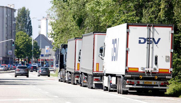 Geparkeerde vrachtauto's langs de R4 richting Zelzate-centrum.