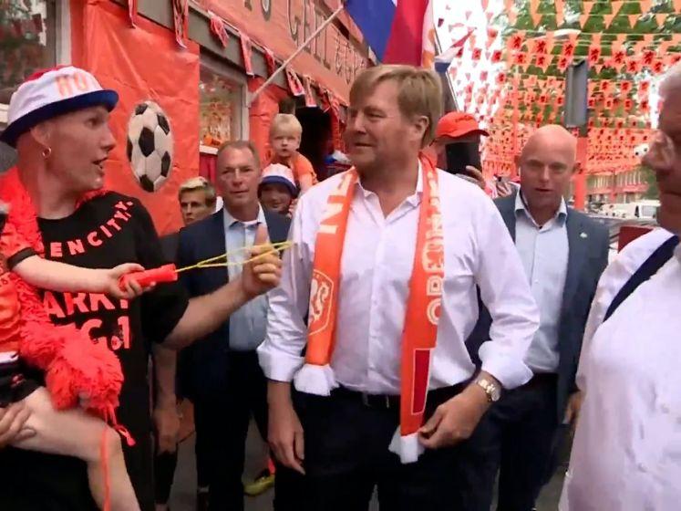 Koning brengt bezoek aan knaloranje Marktweg in Den Haag