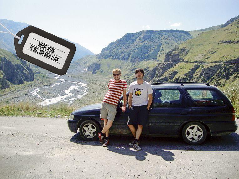 Alweer een bergpas overleefd: de Yes-mobiel en z'n passagiers in de Georgische Kaukasus.  Beeld Tom Peeters