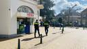 De politie kijkt rond in het centrum van Lochem op zoek naar de overvaller en informeert bij winkels of ze beveiligsbeelden van de straten hebben.
