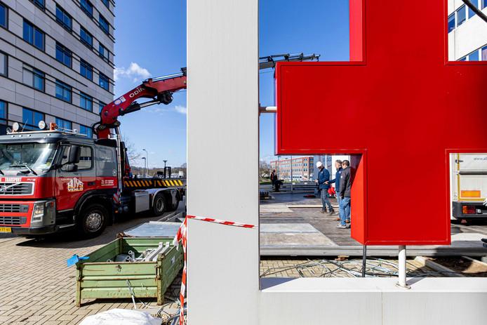 In Maastricht is een triagetent gebouwd bij het ziekenhuis: daar worden potentiële coronagevallen eerst getest.
