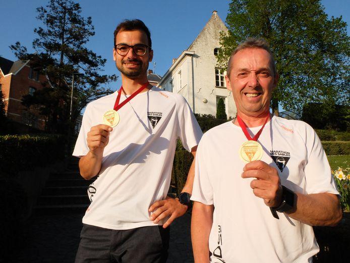 Thomas Van Woensel en Dirk Viskens met hun medaille en een T-shirt die ze op de laatste dag van Marathon des Sables kregen