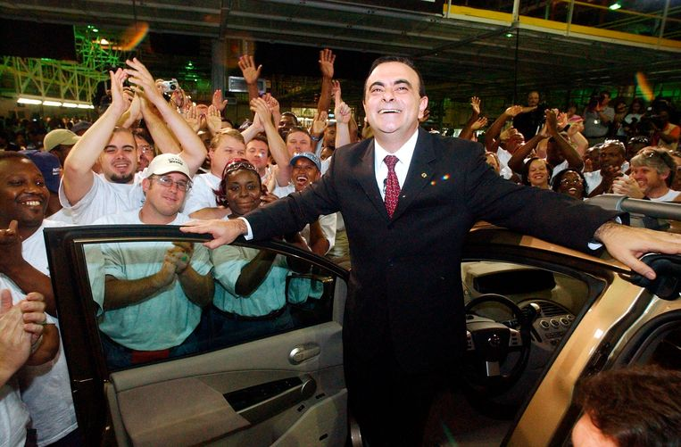 Toenmalig CEO Carlos Ghosn wordt toegejuicht door medewerkers, bij de opening van een Nissan-fabriek in Canton, Mississippi (VS) op 27 mei 2003. In 2019 wist Ghosn aan de Japanse justitie te ontkomen door zich in een muziekkist het land uit te laten smokkelen.  Beeld AP