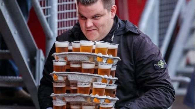 Christiaan gaat viraal met enorme lading bier in stadion FC Twente: 'Maar het was geen record'