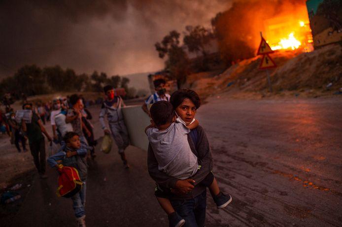 Duizenden migranten uit kamp Moria vluchten voor de brand
