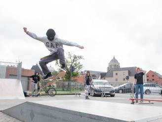 Skaters leven zich uit op tijdelijk skatepark op parking Tirse