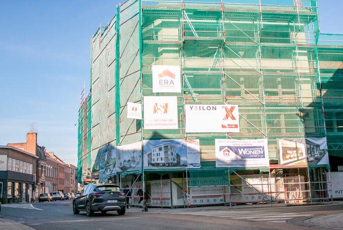 De werken aan het gebouw in de Kalkstraat zijn volop bezig.
