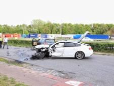 Ravage op weg en drie gewonden in Bergen op Zoom na heftige botsing met drie auto's