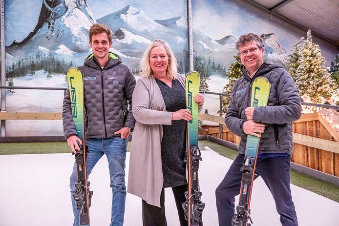 Jan Leenman met zijn ouders in de skihal.