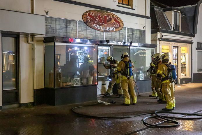 De brandweerlieden hadden moeite om de zaak binnen te komen.
