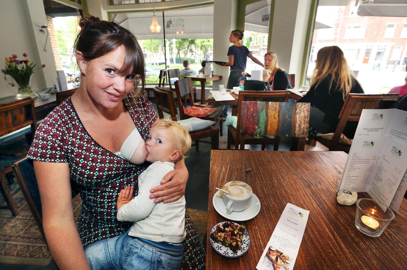 Maak nooit een punt van een blote borst, vindt deze Haagse moeder. Zij geeft overal borstvoeding.