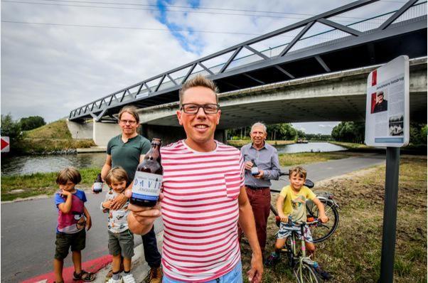 Achterkleinzoon Bart Jonckheere, met het biertje David, staat samen met Paul, Obe, Anna, Pieter en Kaat Jonckheere bij de brug die de naam van de familie draagt.