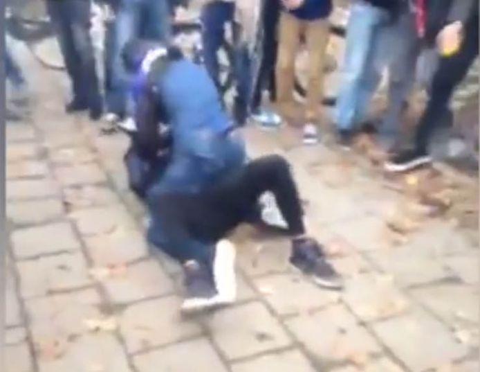 Vechtpartijen op scholen worden sneller gefilmd en op YouTube verspreid. Scholen moeten daar iets mee.
