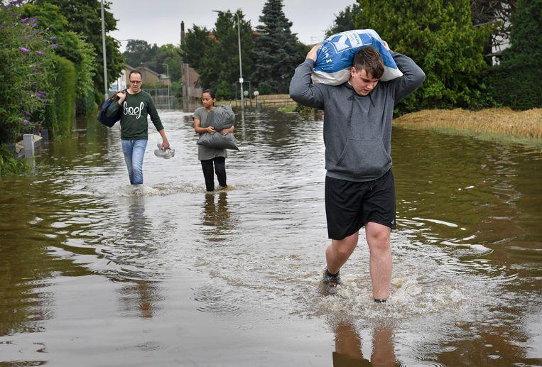 Als gevolg van een gat in de dijk moesten alle bewoners van Bunde met spoed hun huizen verlaten.  Beeld Marcel van den Bergh