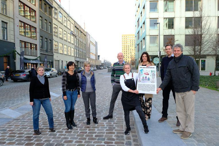 Bewoners en handelaars met hun affiche op de busparking.