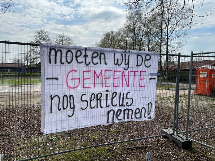 Kinderen en volwassen willen het speelveldje aan de Vogelzangstaat in Eibergen, dat nu een trieste aanblik vormt, terug.