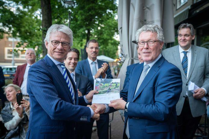 Formateur Jan Markink overhandigt het Gelderse coalitie-akkoord aan de commissaris van de Koning John Berends