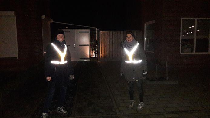 Monique (l) en Margot (r) uit Hulst gaan iedere maandag samen lopen. Als er een avondklok komt, vertrekken ze wat eerder.