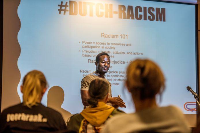 De Amsterdamse anti-Zwarte Piet-activist Jerry Afriyie hield woensdag in Tilburg een lezing.