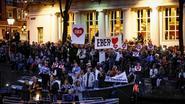 Ontroerende beelden: honderden Amsterdammers nemen afscheid van doodzieke burgemeester