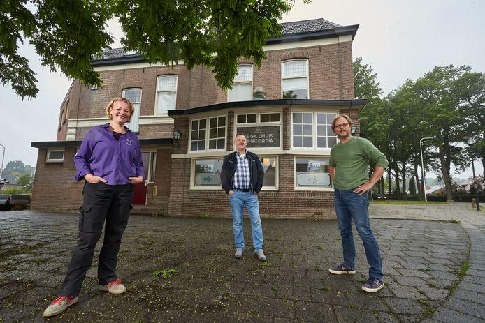 Van links af monumentfotograaf Léontine Lamers, voormalig eigenaar van Concordia Harry Timmer en huidig eigenaar van Concordia Bart Oudendijk.