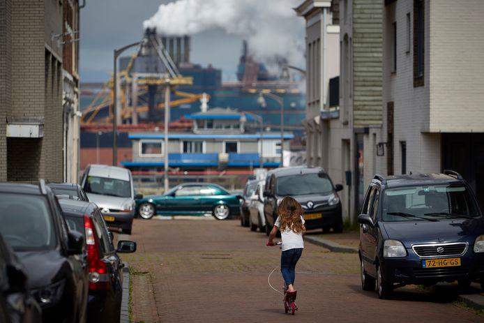 In Wijk aan Zee is Tata Steel alomtegenwoordig. Bewoners leven soms al generaties rond de staalfabriek en zijn er meestal aan gewend.