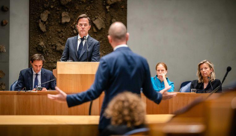 Segers schoot demissionair premier Mark Rutte tijdens de tweede dag van de Algemene Politieke Beschouwingen te hulp.  Beeld ANP