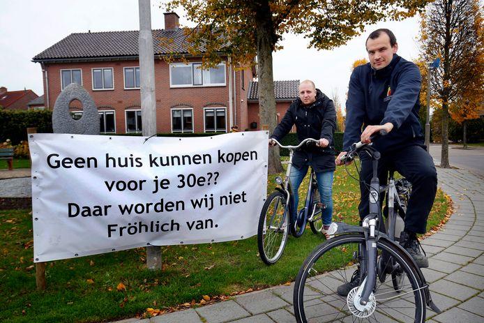 Kris de Kruijk (rechts) met spandoek in protest tegen huizentekort.