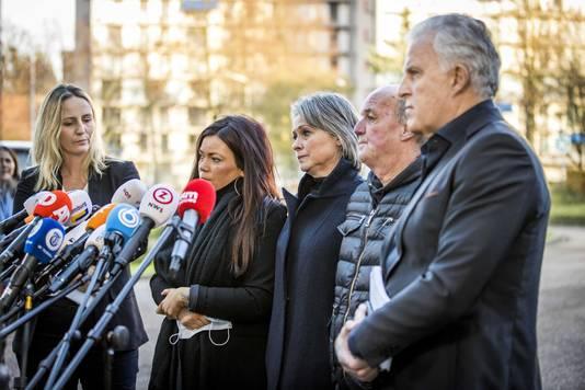 Vlnr advocaat Wendy van Egmond, Femke Verstappen, Berthie Verstappen, Peter Verstappen en Peter R. de Vries na de uitspraak in de zaak tegen Jos B.