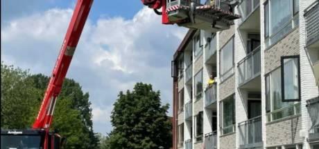 Brandweer helpt bewoonster die krap bij kas zit met hoogwerker: 'een leuke oefening'