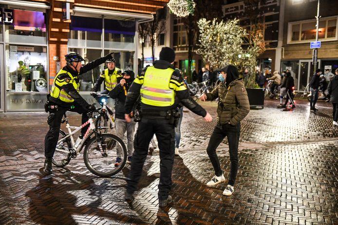 Politie stuurt aanwezigen weg op het Rijnplein in Alphen bij de demonstratie tegen de avondklok.