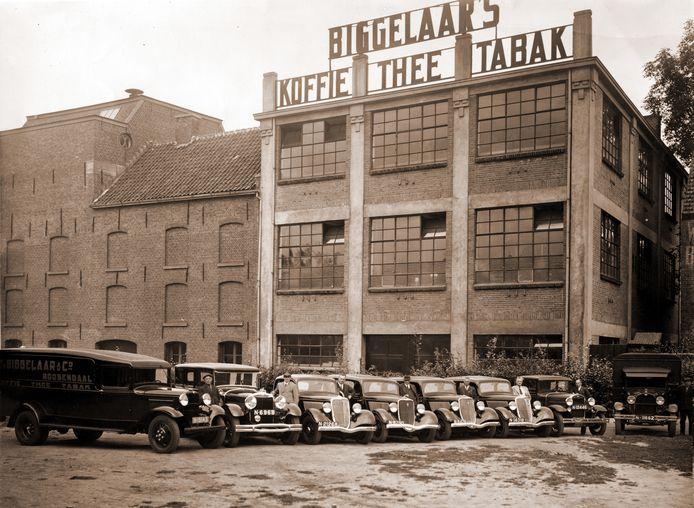 De koffie wordt tot 1983 gebrand in een fabriek op de plek waar nu winkelcentrum De Biggelaar staat, tegenover schouwburg De Kring in Roosendaal.