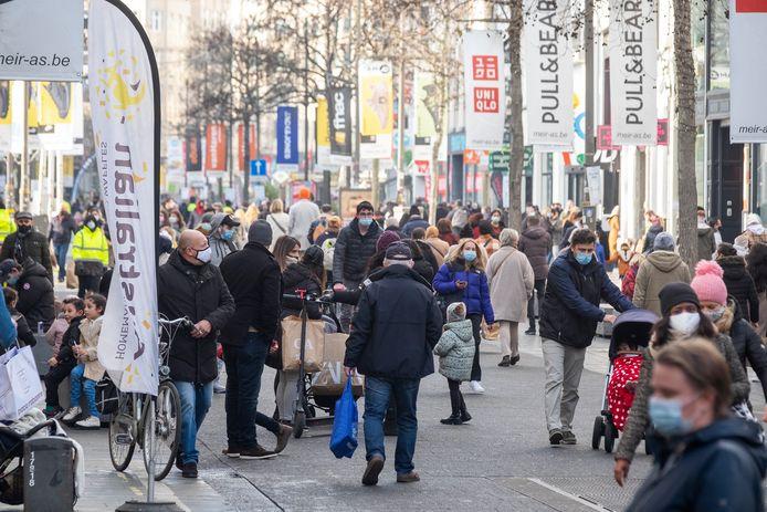 Het was over de koppen lopen op de Meir tijdens het eerste soldenweekend. Vooral zaterdag was het enorm druk in de winkelstraat.
