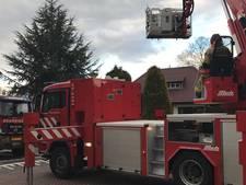 Hoogwerker in actie bij schoorsteenbrand in Denekamp
