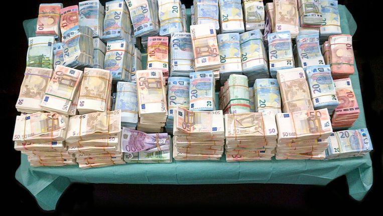 De politie vond 1,4 miljoen euro verstopt achter het reservewiel van een Saab Beeld Politie Amsterdam