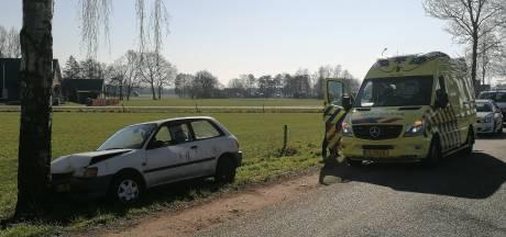 Vrouw moet rijbewijs inleveren na botsing met boom in Doetinchem