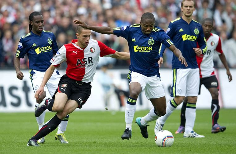 Eyong Enoh van Ajax (R) in duel met Luc Castaignos van Feyemoord (L). Beeld