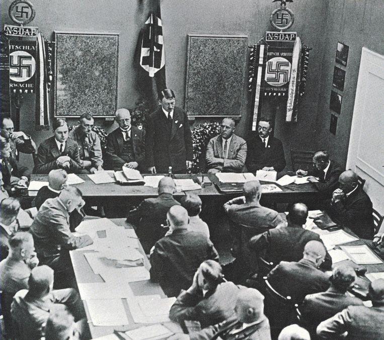 Adolf Hitler spreekt zijn partij, de NSDAP, toe in 1925. Beeld Getty