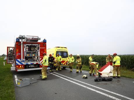 Dode en zwaargewonde bij ernstig ongeval aan rand van Elburg: auto crasht in maisveld