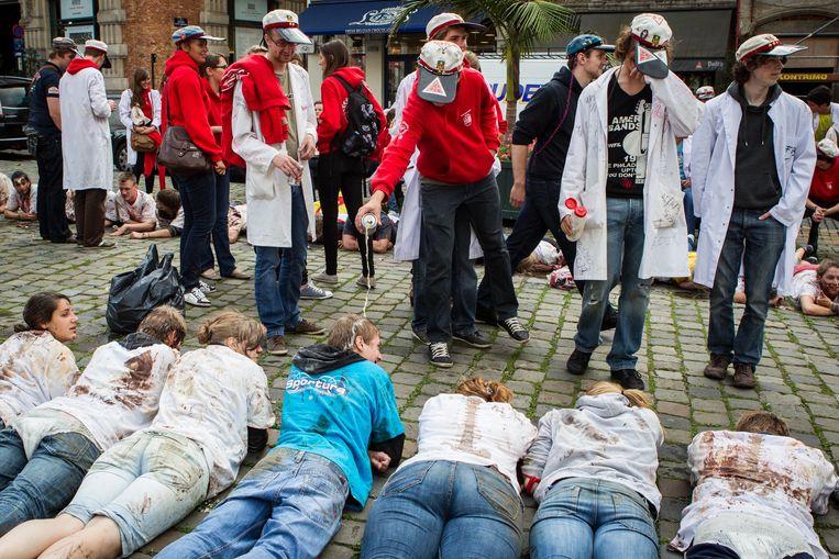 Een studentendoop in Brussel. De schachten, de nieuwe leden, moeten het ontgelden. Beeld ID BAS BOGAERTS