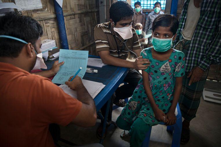 Patiënten wachten op behandeling van tuberculose in een Artsen zonder Grenzen-kliniek in Bangladesh. Beeld Getty Images