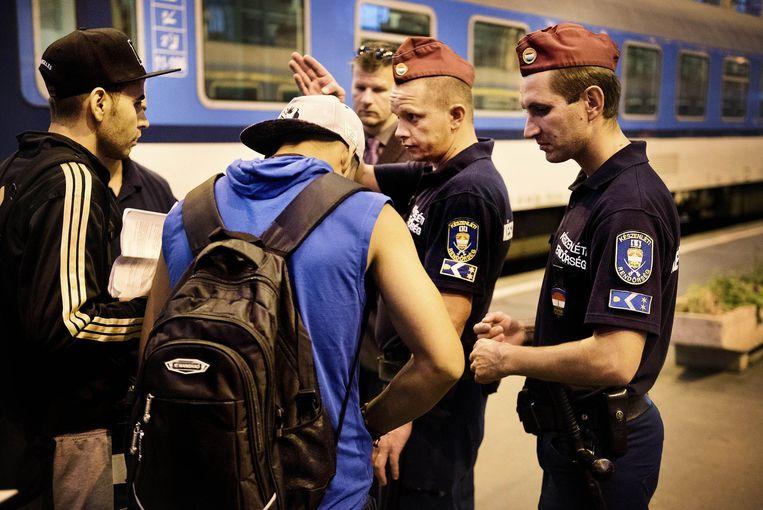 Hongaarse politie langs het spoor in het Keleti-station. Beeld Eric De Mildt