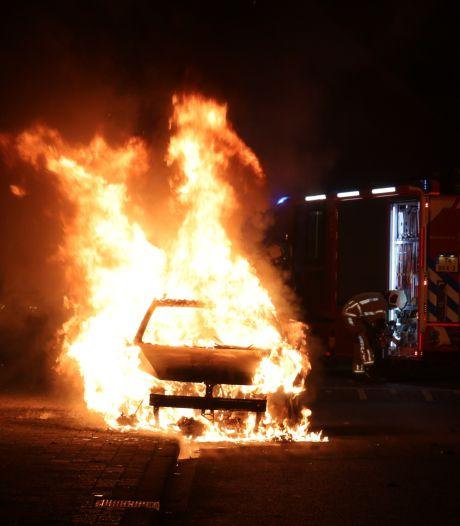 Utrechtse jaarwisseling 'rustig' verlopen: tientallen autobranden, één vuurwerkslachtoffer en ME moet paar keer tanden laten zien