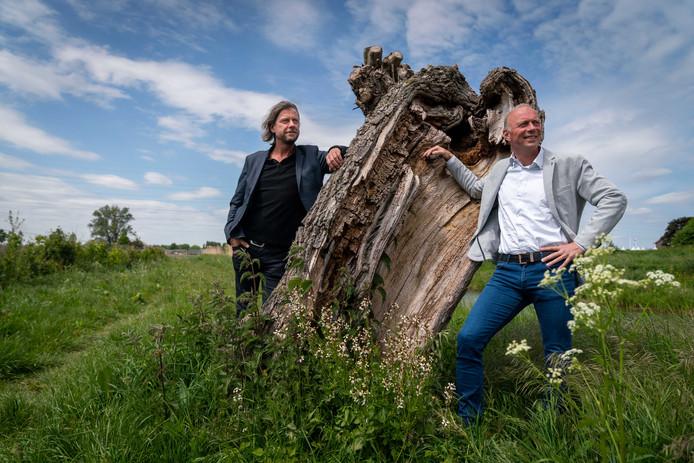 Vertrekkend directeur Jan Willen Kamerman (rechts)  en zijn opvolger als directeur van park Lingezegen Sven van Rijswijk.